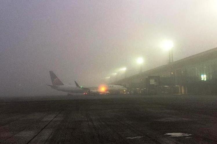 Neblina en el aeropuerto La Aurora ha afectado los vuelos. (Foto Prensa Libre: DGAC)