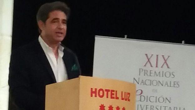 Juan Castilla Brazales recibió el premio nacional otorgado por la Unión de Editoriales Universitarias Españolas. AGRADECIMIENTO A JUAN CASTILLA