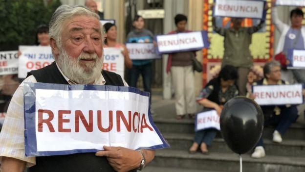 Los miembros de la agrupación de laicos y laicas de Osorno piden la renuncia del obispo. (Foto: Francisco Jiménez de la Fuente)