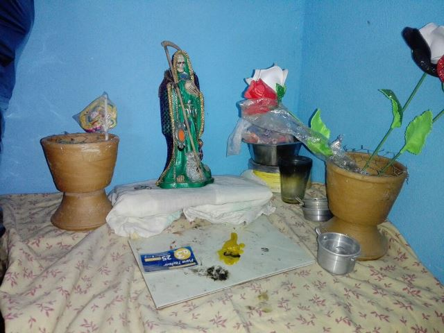 En el lugar del allanamiento había un altar a la santa muerte. (Foto: PNC)