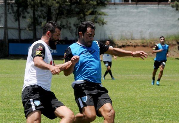 Carlos Ruiz (d) y Hamilton López en el entreno con el que la Bicolor concluyó su undécimo morfociclo de trabajo en el Proyecto Goal (Foto Prensa Libre: Edwin Fajardo)