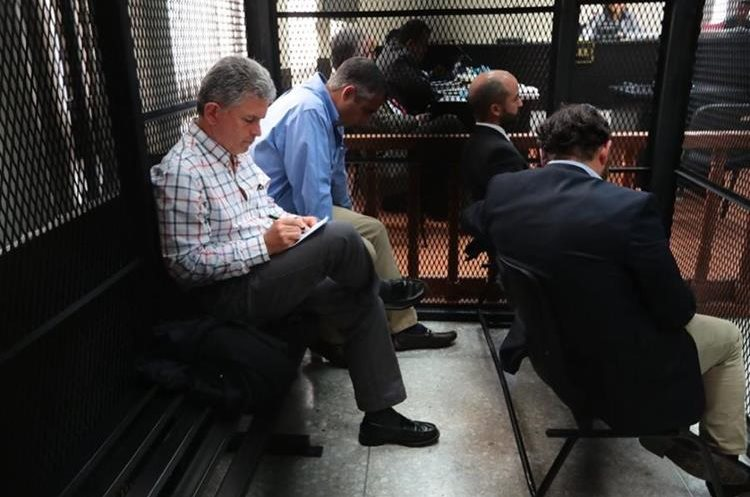 Sindicados en el caso Odebrecht escuchan desde la carceleta del juzgado el audio del colaborador eficaz. (Foto Prensa Libre: Álvaro Interiano).