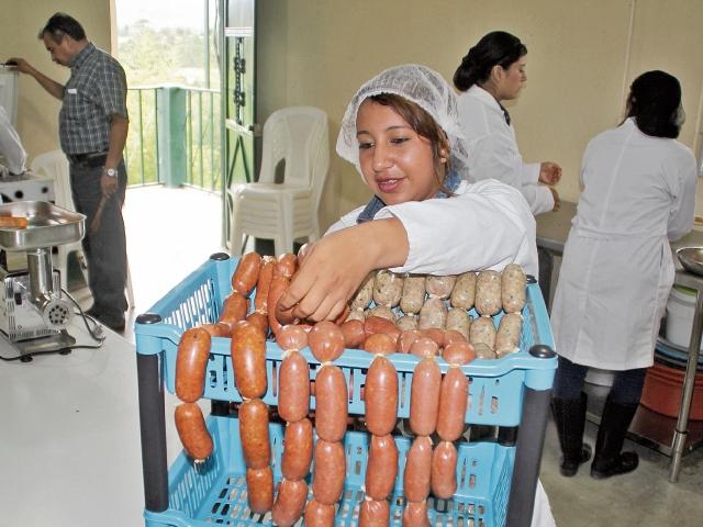 Estudiantes preparan chorizos en el área industrial del Itagro, y llevan registro de cada etapa del proceso. (Foto Prensa Libre: Mike Castillo)