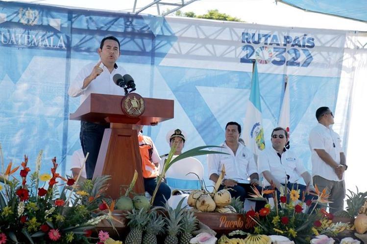 Jimmy Morales se pronunció durante la inauguración de los trabajos de un tramo carretero en Izabal. (Foto Prensa Libre: Dony Stewart)