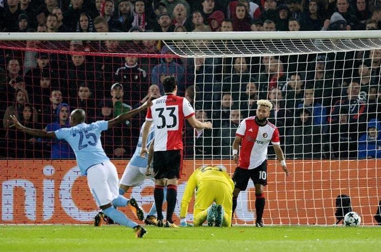Sergio Agüero, de Mánchester City celebra un gol hoy, miércoles 13 de septiembre de 2017, durante un partido de la Liga de Campeones contra el Feyenoord.