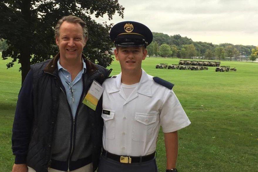 Stefan Rasch (derecha) junto a su padre Olaf Rasch, en la academia Culver, Indiana, Estados Unidos.(Foto Prensa Libre: Cortesía)