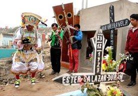 El camposanto de Nueva Esperanza recibe miles de visitantes en Perú.