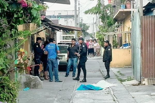 Agentes de la Policía Nacional Civil en la escena del crimen en donde fue localizada la cabeza de una mujer en la colonia Carolingia, zona 6 de Mixco. (Foto Prensa Libre: Estuardo Paredes).