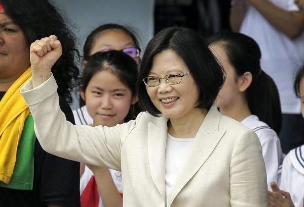 Tsai Ing-wen, saluda a la multitud asistente a la ceremonia de posesión. (EFE).