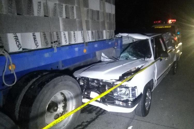 El piloto del picop perdió el control del volante y chocó contra el camión que estaba estacionado. (Foto Prensa Libre: Ángel Julajuj)