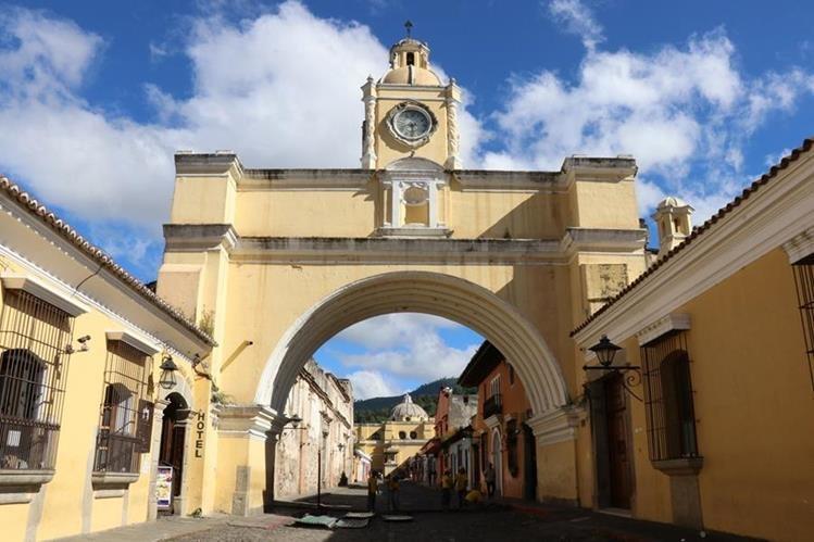 El arco de Santa Catalina será remozado y el paso de peatones y vehículo quedará cerrado. (Foto Prensa Libre: Julio Sicán)