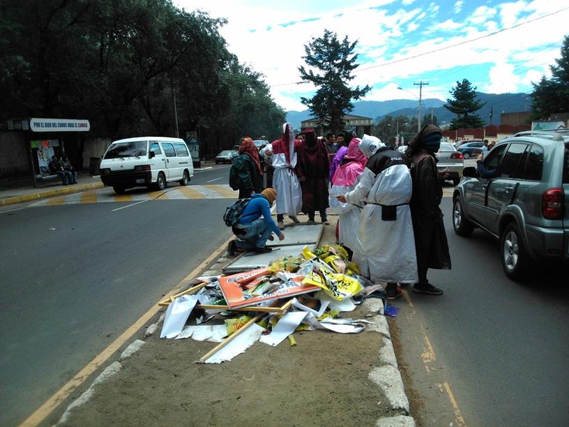 Estudiantes retiran propaganda política frente a Cunoc, Quetzaltenango. (Foto Prensa Libre: María Longo)