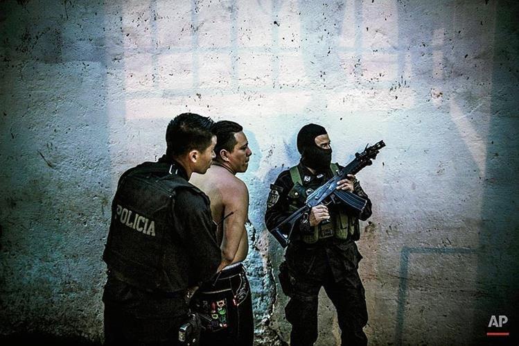 Agentes detienen a integrante de una pandilla en San Salvador. (Foto Prensa Libre:AP)