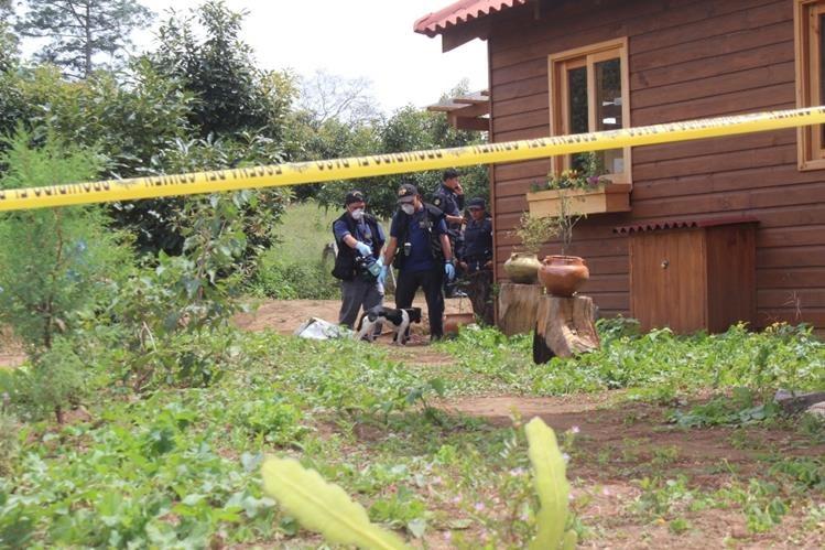 Autoridades resguardan el área donde fue localizado el cadáver del ciudadano francés, en San Andrés Semetabaj, Sololá. (Foto Prensa Libre: Ángel Jualjuj)