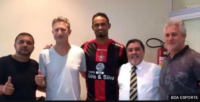 Bruno Fernándes con las directivas del Boa Esporte en el momento de firmar el contrato el pasado 10 de marzo.