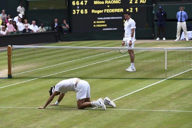 Roger Federer cayó en semifinales ante el canadiense Milos Raonic en el torneo de Wimbledon. (Foto Prensa Libre: EFE)