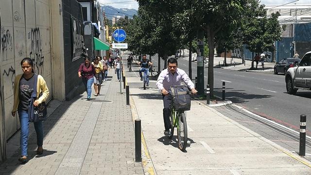 Un estudiante hace uso de la ciclovía. (Foto Prensa Libre: Oscar Felipe Q.)