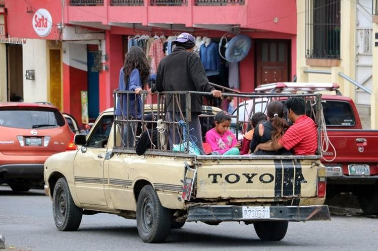 Unos 30 buses del transporte urbano de Palajunoj, Quetzaltenango, paralizaron labores este martes a causa de las constantes intimidaciones por parte de extorsionistas. (Foto Prensa Libre: Carlos Ventura)