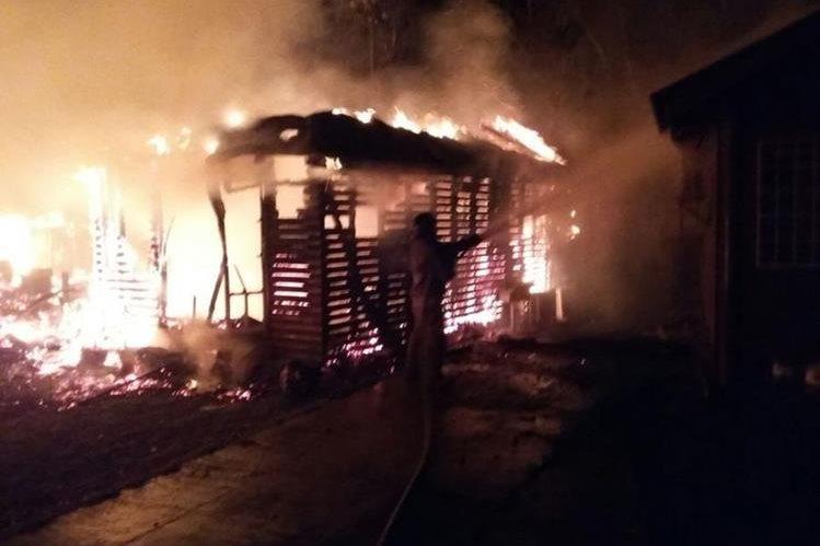 Socorrista controla incendio en San Benito, Petén. (Foto Prensa Libre: Rigoberto Escobar).