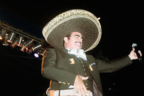 Vicente Fernández, cantante mexicano, fue operado por una hernia.