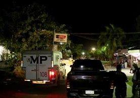 Autoridades recaban indicios en el lugar donde fue asesinado Rubelio Antonio Alba Reyes, de 26 años, en Puerto Barrios, Izabal. (Foto Prensa Libre: Dony Stewart)