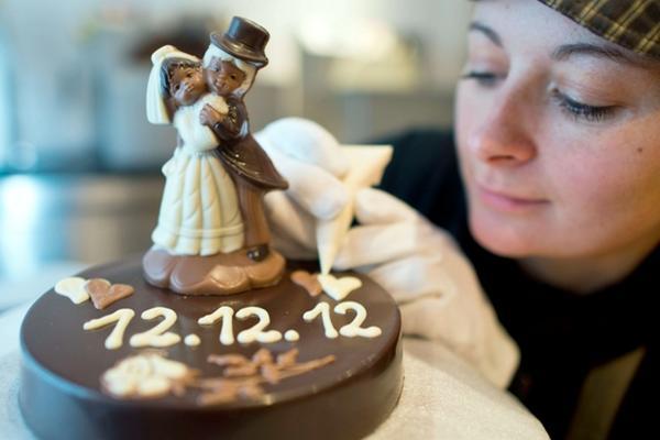 <p>Las bodas para el 12 de diciembre se cuadriplicarán, según informe. (Foto Prensa Libre: AFP)</p>
