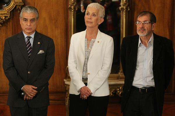 Carlos Contreras, Adela de Torrebiarte y Adrián Zapata comparecen ante los medios de comunicación en el Salón de los Espejos del Palacio Nacional (Foto Prensa Libre)
