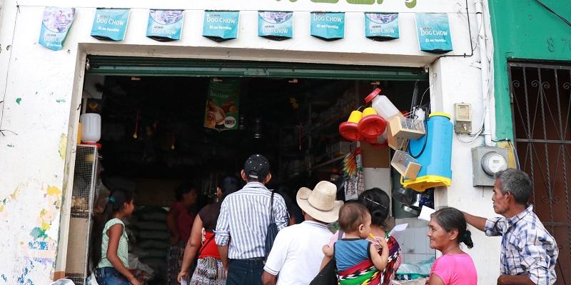 Agropecuaria en la que se entregó Q150 a vecinos de Mazatenango, Suchitepéquez, que fueron beneficiados por el programa de subvención del Estado. (Foto Prensa Libre: Cristian Soto)