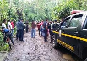 Vecinos llegan a reconocer los cadáveres del periodista y su esposa, en la carretera de terracería entre Coatpeque y Flores Costa Cuca, Quetzaltenango. (Foto Prensa Libre)