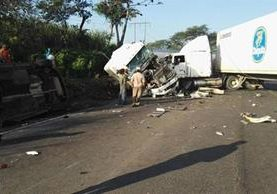 Automotores quedaron con severos daños a causa del accidente en el km 70 de la ruta al suroccidente. (Foto Prensa Libre: Enrique Paredes).