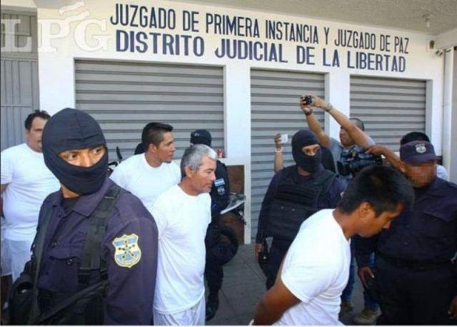 Pescadores artesanales de El Salvador fueron detenidos por colaborar con el traslado de droga a Guatemala. (Foto Prensa Libre: La Prensa Gráfica)