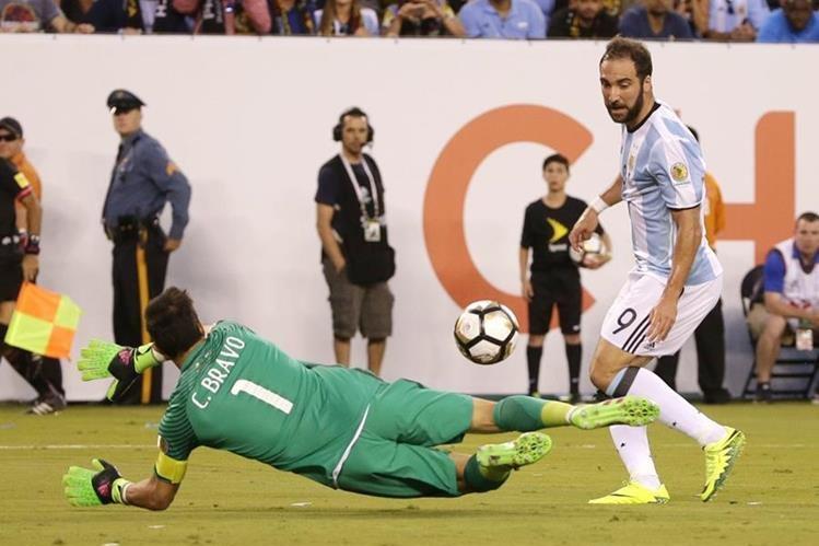 Gonzalo Higuaín falla una ocasión de anotar frente a Claudio Bravo. (Foto Prensa Libre: AFP).