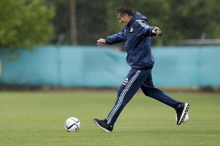 El entrenador de la selección argentina de fútbol, Edgardo Bauza, se mantiene en su puesto. (Foto Prensa Libre: AFP)