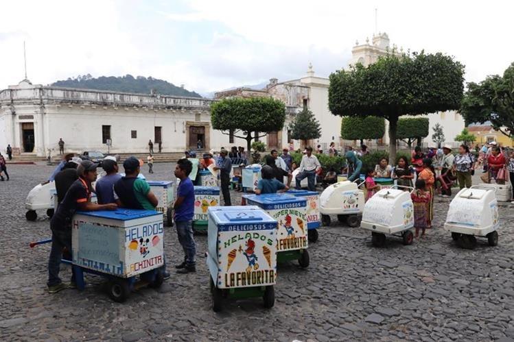 Vendedores de helados de Antigua Guatemala rechazan medida municipal que les impide trabajar en las calles. (Foto Prensa Libre: Renato Melgar)