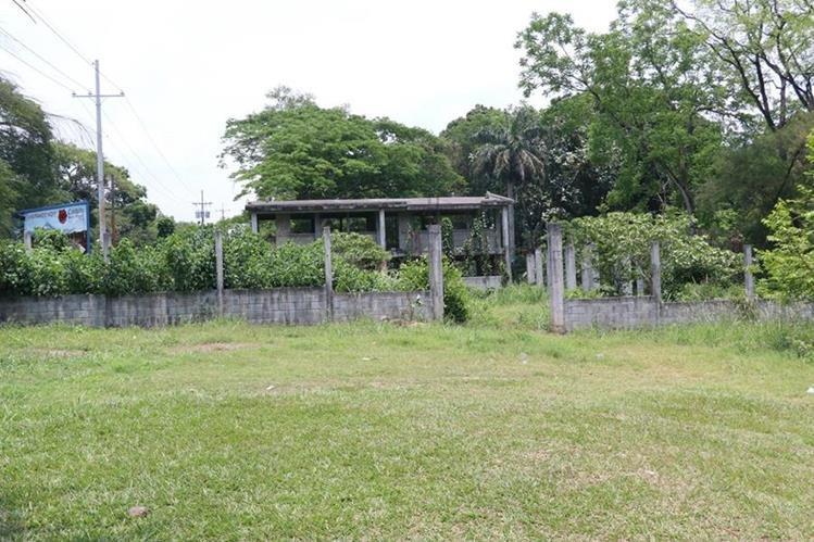 Los hierros y las paredes de la escuela que no se ha terminado de construir se deterioran más con el tiempo. (Foto Prensa Libre: Enrique Paredes)