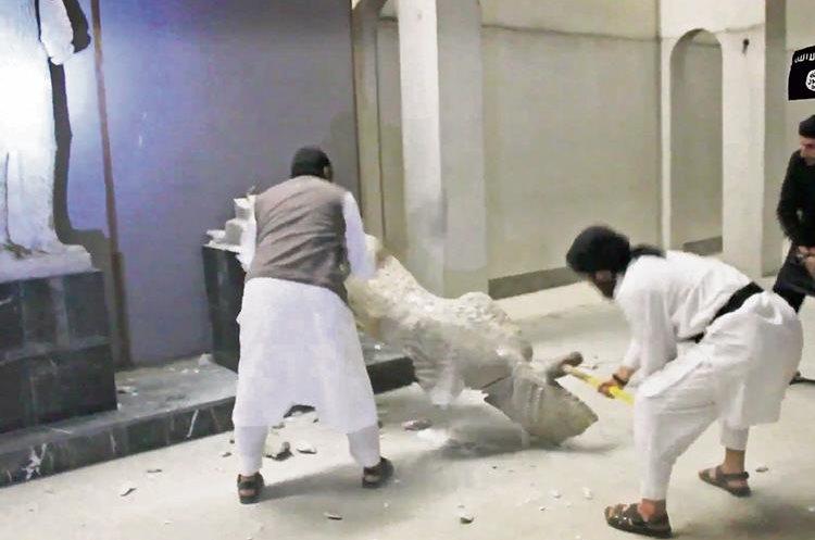 INTEGRANTES DEL grupo Estado Islámico destruyen esculturas antiguos en la ciudad de Mosul, Irak.