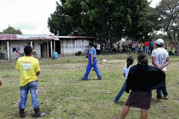Vecinos de  Poptún  salieron de sus viviendas alarmados por el hallazgo de los cadáveres. (Foto Prensa Libre: Walfredo Obando)