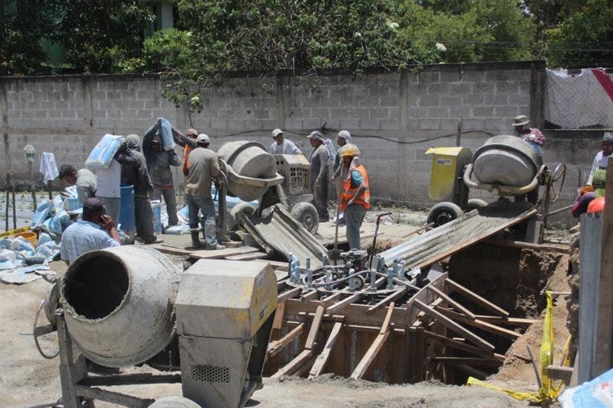 Trabajadores construyen la base para instalar una antena en la zona 6 de Huehuetenango. (Foto Prensa Libre: Mike Castillo)