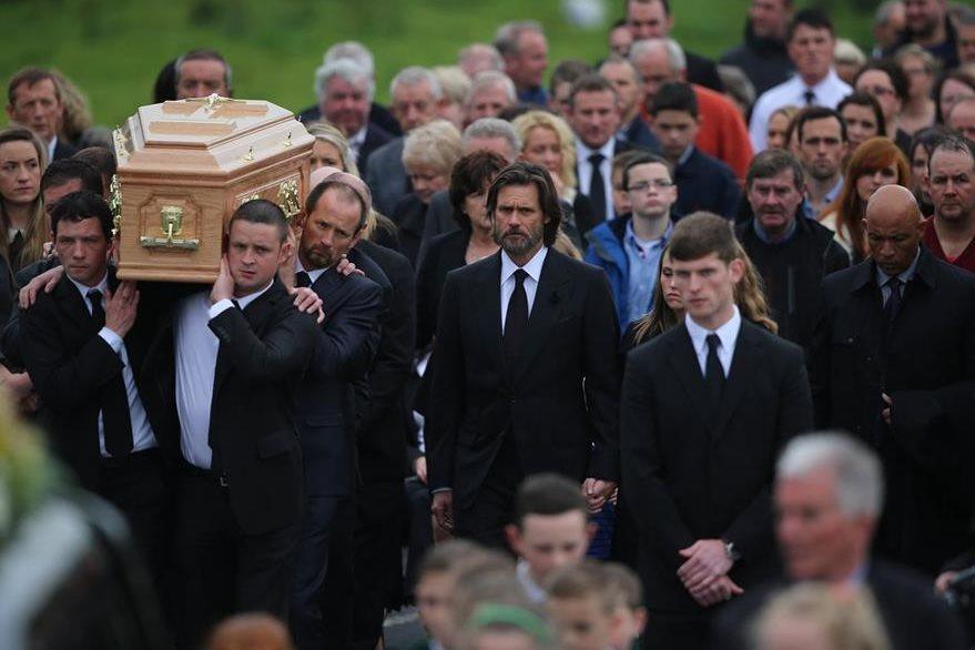 Carrey se mantuvo en todo momento cerca de la familia de White. (Foto Prensa Libre: AP).