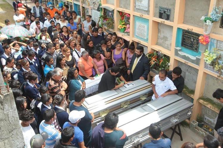 Samuel Morales Herrera sepultó los restos de su familia quienes murieron soterradas en El Cambray 2, Santa catarina Pinula. (Foto Prensa Libre: Álvaro Interiano)