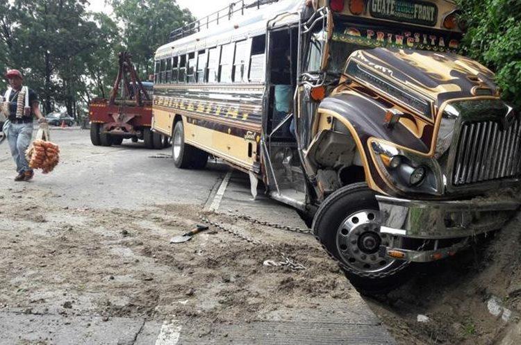 El otro autobús involucrado en el percance se encunetó. (Foto Prensa Libre: PMT de Villa Nueva).