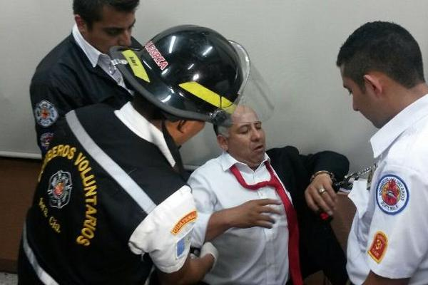 El parlamentario de Líder es atendido por Bomberos Voluntarios después de más de 12 horas que comenzó una huelga de hambre en el Mides. (Foto Prensa Libre)