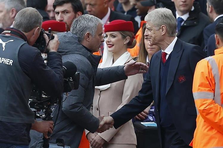 Wenger y Mourinho se saludan durante el partido que ganó el Arsenal al Mánchester United. (Foto Prensa Libre: AFP).