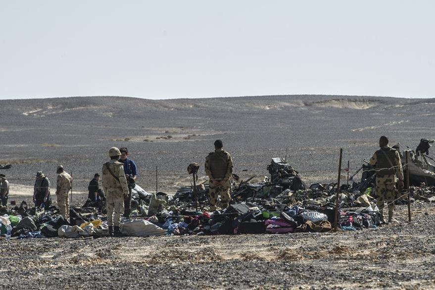 Soldados del ejército egipcio montan guardia junto a los escombros del avión ruso.