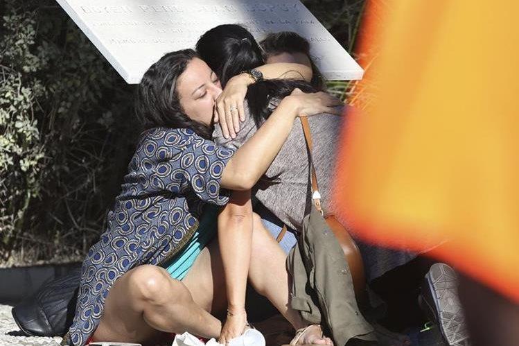 Familiares de víctimas que resultaron heridas se abrazan un día después del mortal ataque en Niza. (Foto Prensa Libre: AP).