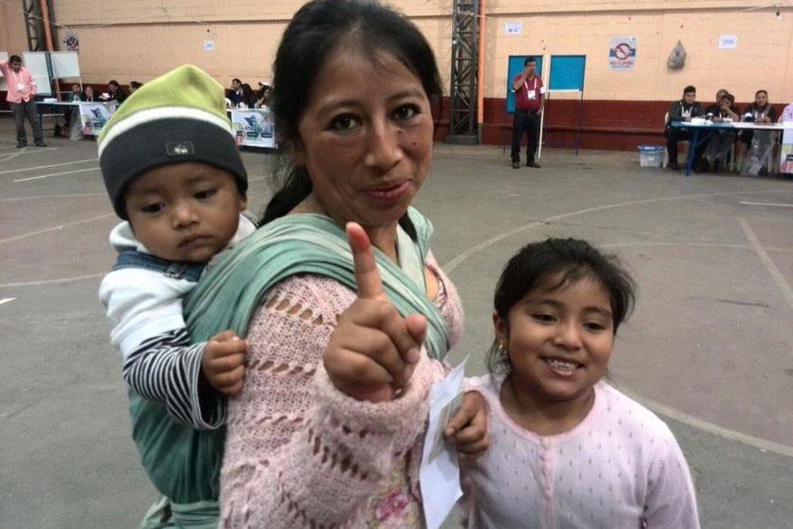 Eufemia Natalia López llegó a votar con sus hijos para darles el ejemplo de civismo. (Foto Prensa Libre Estuardo Paredes)