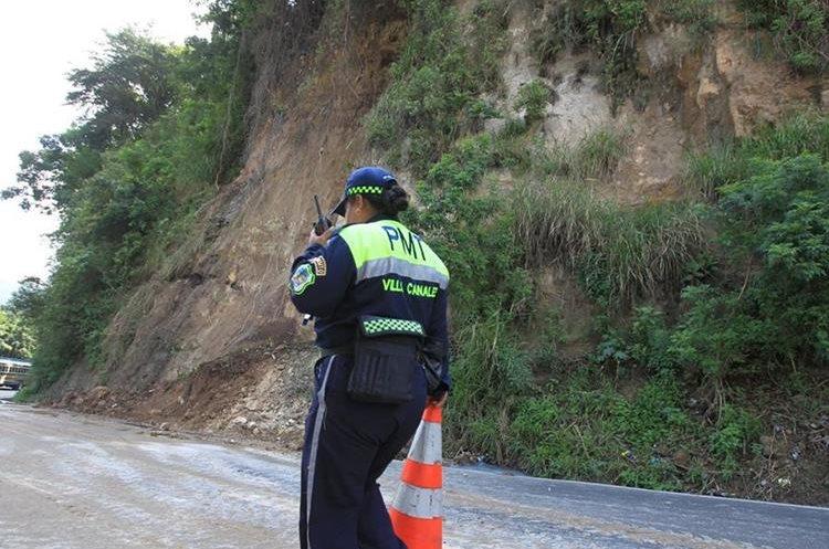 La Policía Municipal de Tránsito restringió 200 metros del carril contiguo a la ladera erosionada. (Foto Prensa Libre: HEmeroteca PL)