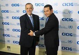 El jefe de la Cicig Iván Velásquez estrecha la mano del presidente electo Jimmy Morales. (Foto Prensa Libre: Esbin García)