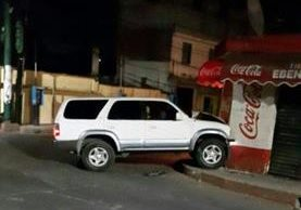 El vehículo en el que viajaban los delincuentes que le dispararon a los policías quedó abandonado en El Pajón. (Foto Prensa Libre: Twitter)