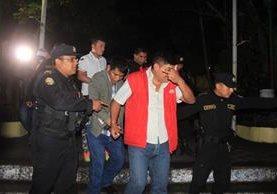 Cuatro hombres originarios de Alta Verapaz fueron detenidos por portación ostentosa de arma de fuego. (Foto Prensa Libre)